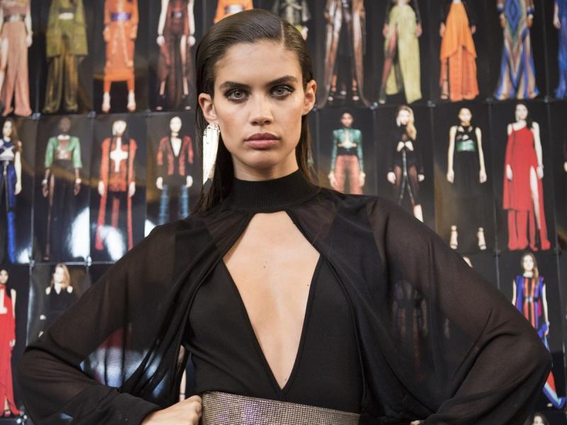 modelka w czarnej sukience