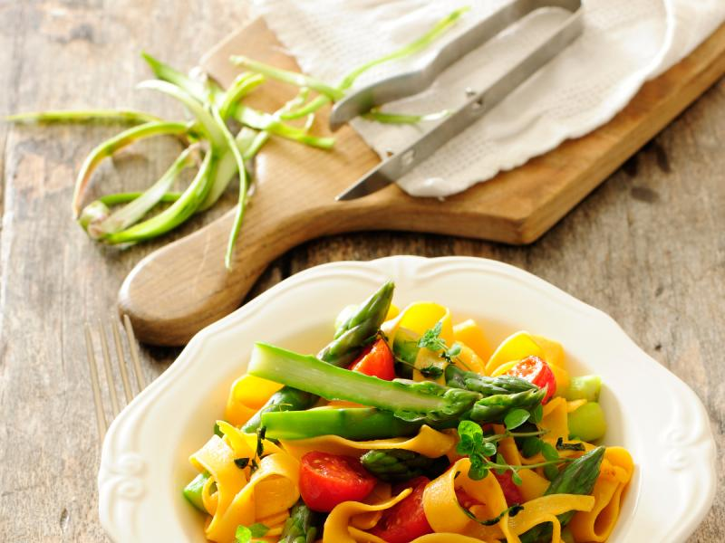 Szparagi z makaronem