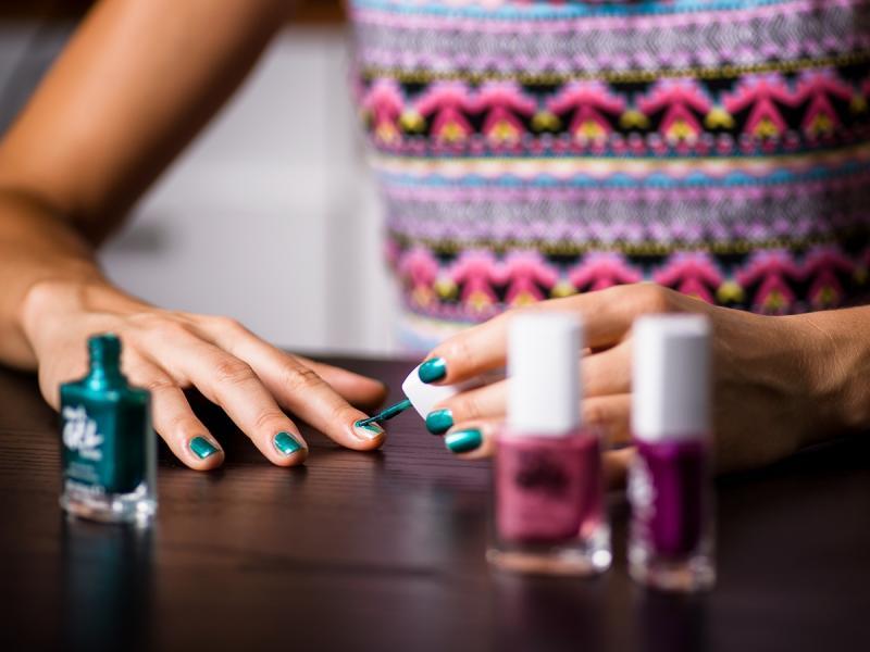 Test redakcji: kosmetyki AVON. Jak sprawdziły się żelowe lakiery do paznokci i szminki z nowej kolekcji marki?