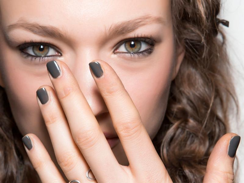 Dziewczyna z pomalowanymi paznokciami