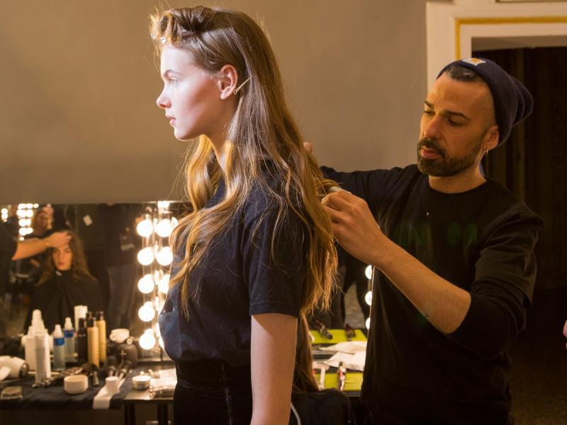 To serum sprawi, że zapomnisz o puszących się i niezdyscyplinowanych włosach. Kosztuje tylko 18 zł!