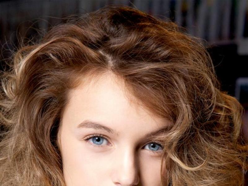Trendy fryzura: burza loków krok po kroku