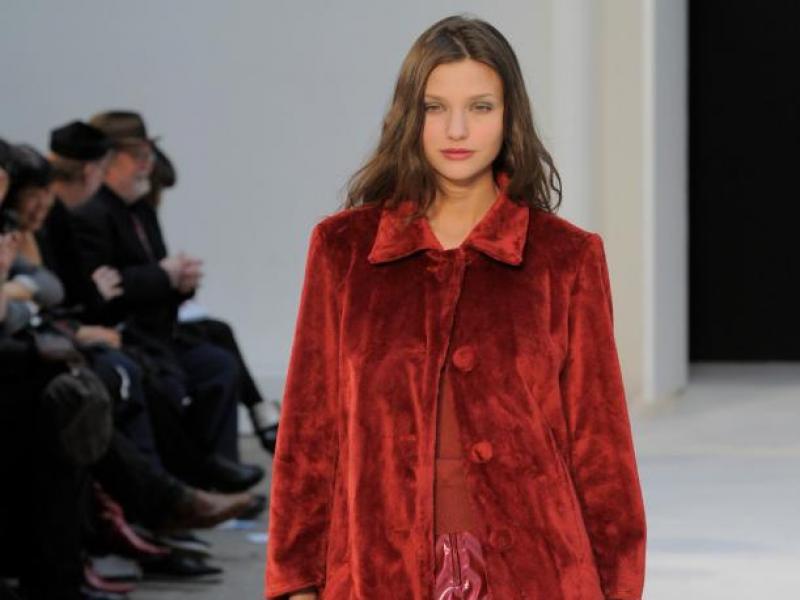 Twarzowe czerwone ubrania