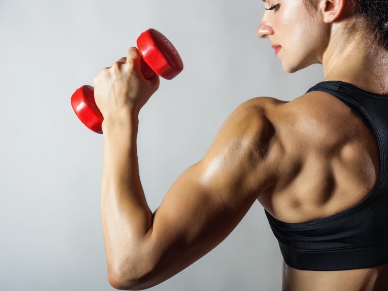 Umięśniona kobieta z dużą masą mięśniową.