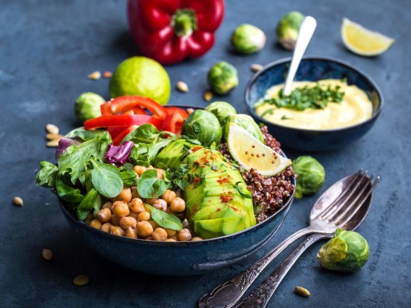 Veggie bowl - warzywa miska z awokado, cieciorką, brukselką, papryką i komosą ryżową