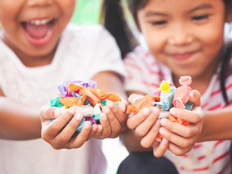 dzieci trzymające cukierki