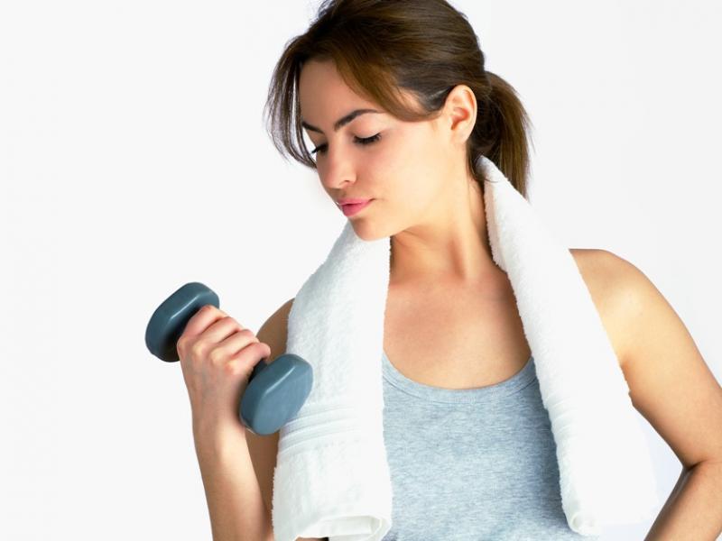 Wielka wojna z cellulitem na rękach – jak ćwiczyć, żeby się go pozbyć?