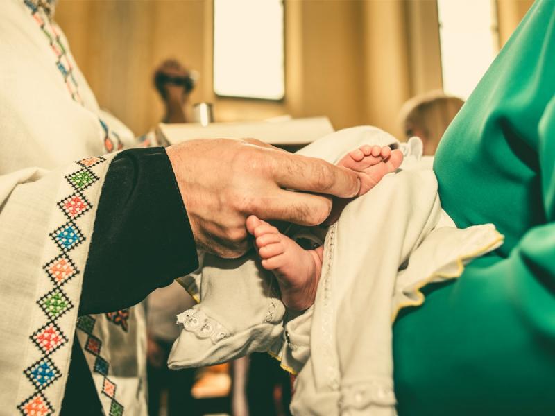 """""""Wszystkie dzieci są chrzczone, a ty chcesz, żeby mój wnuk był odmieńcem!?"""" Takie konflikty rodzinne pojawiają się coraz częściej..."""