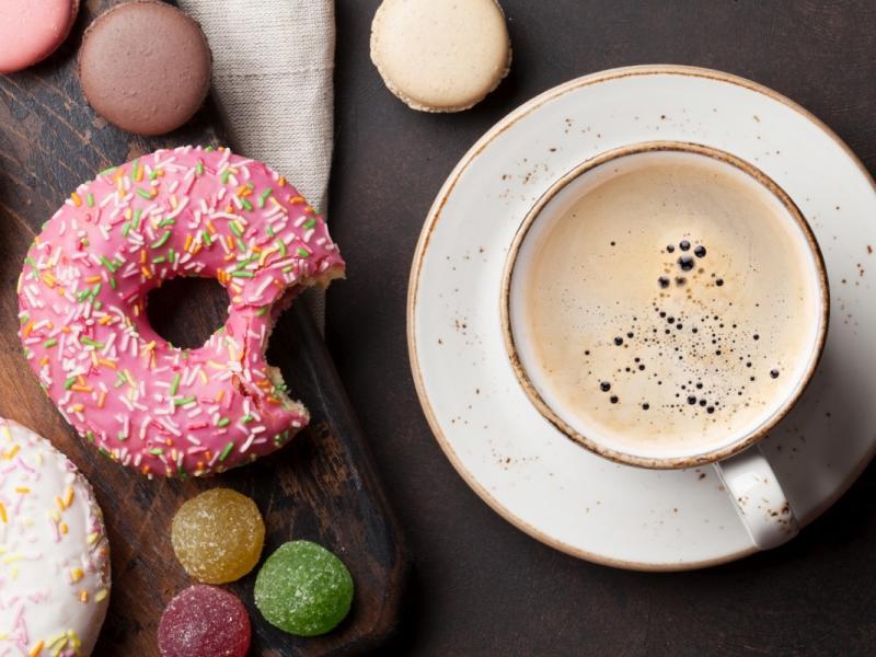 Kawa z cukrem (sacharoza) i pączek