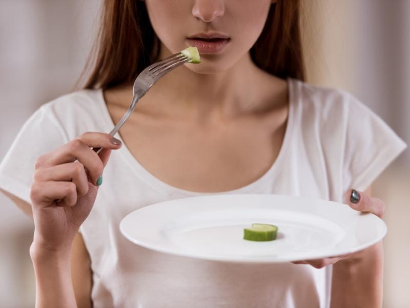 Zaburzenia odżywiania to nie tylko anoreksja i bulimia! Przyczyny i najważniejsze objawy!