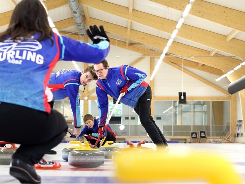 Curling - zawodny w trakcie gry