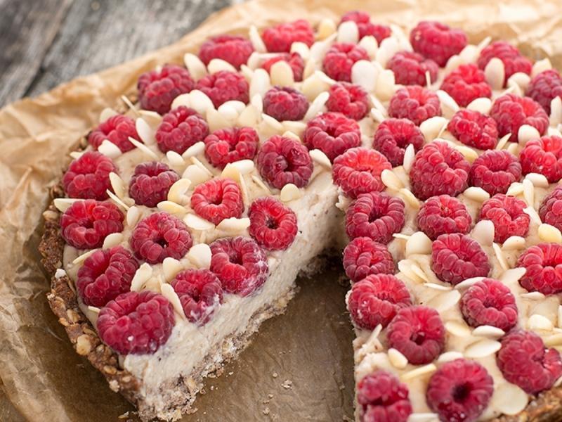 Zdrowe słodycze - przygotuj migdałową tartę z fasoli z malinami Iny Rybarczyk