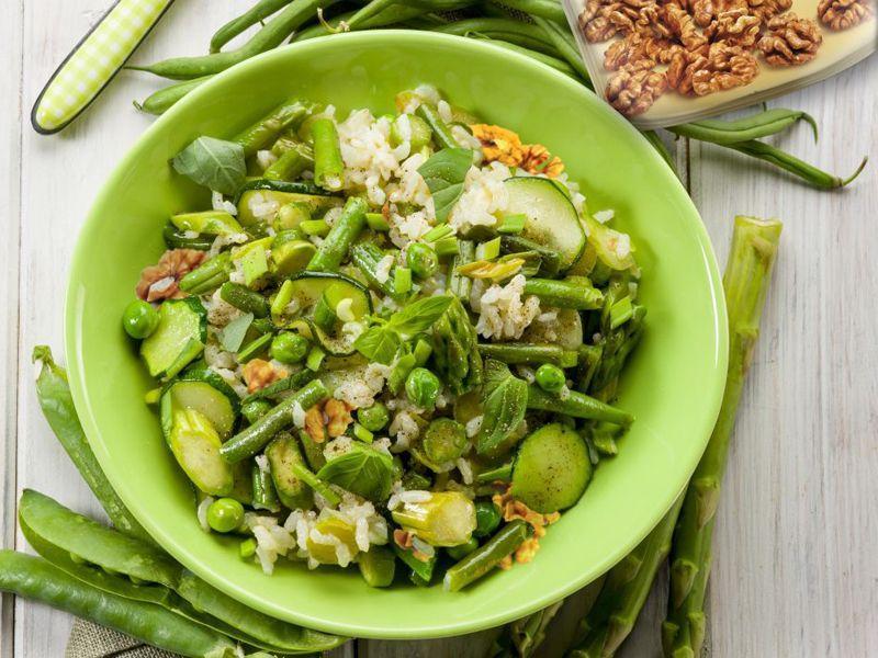 Zielona sałatka z cukinią i groszkiem