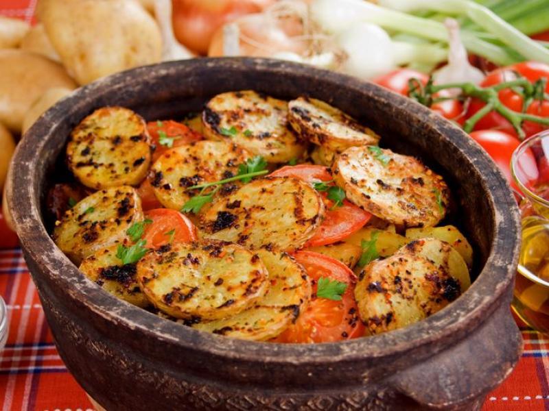 Ziemniaki pieczone w glinianym garnku