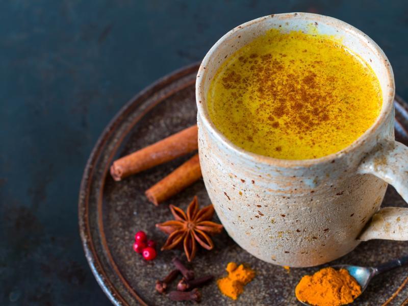 Złote mleko na gorąco: wzmacnia i rozgrzewa zimą! Bonus: wspiera regenerację po treningu