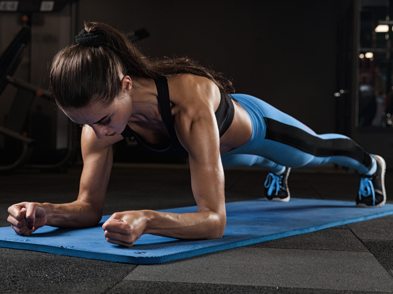 Znacie plank? Deska błyskawicznie wzmacnia mięśnie brzucha i daje znakomite efekty wizualne