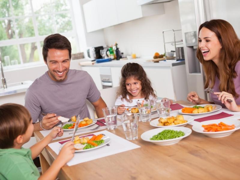 jedzenie, obiad, rodzina, dzieci, rodzice, dieta, dom/fot. Fotolia