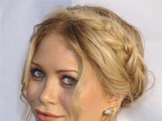 Która aktorka wygląda lepiej w warkoczu zawiniętym wokół głowy:
