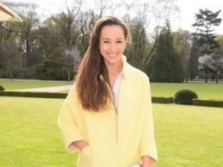 Która aktorka wygląda lepiej w żółtym płaszczu?