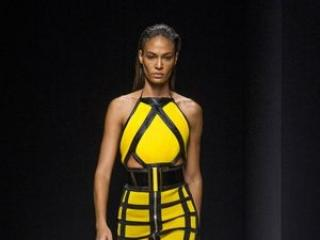 Która wygląda lepiej w żółtej sukience Balmain?