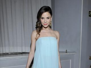 W błękitnej sukni lepiej wygląda: