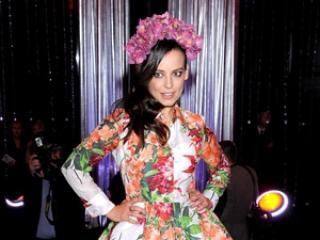 W kwiatowej sukience lepiej wygląda: