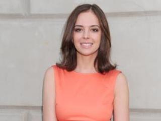 W pomarańczowej sukience lepiej wygląda: