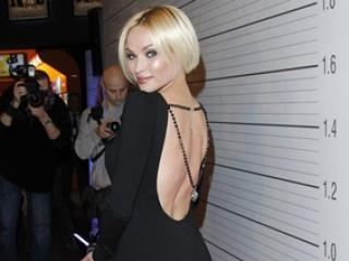 W sukni z odkrytymi plecami lepiej wygląda: