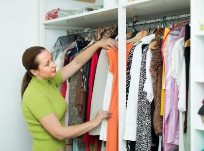 10 sposobów na pozbycie się stęchlizny z ubrań lub szafy