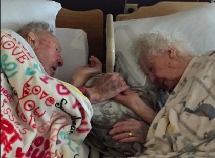 100-latek trzymał umierającą żonę za rękę aż do momentu, w którym odeszła