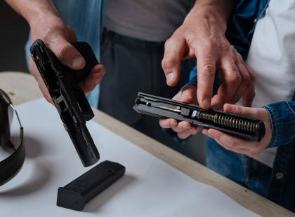 13-latek przypadkowo zastrzelił się, pozując z pistoletem na Instagramie. Skąd broń wzięła się w rękach chłopca?