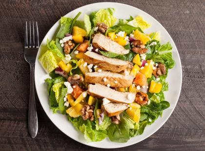 29 najlepszych przepisów na sałatki z kurczakiem