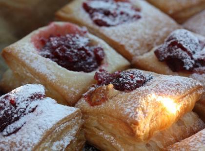 Ciasto francuskie to dobra baza na ciasteczka z marmoladą.