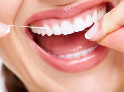3 kroki, jak prawidłowo czyścić zęby nicią dentystyczną