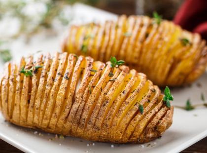 3 pomysły na ziemniaki z piekarnika. Wypróbuj te po szwedzku!