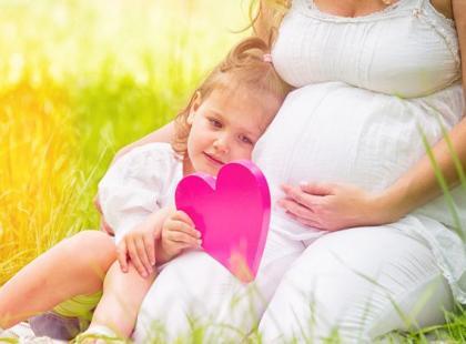 3 sposoby, by starsze dziecko pokochało młodsze