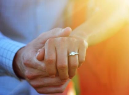 3 sposoby na to, jak poinformować znajomych i rodzinę o zaręczynach