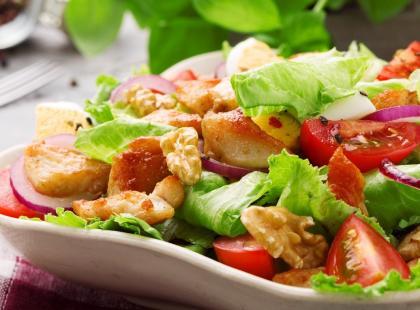 4 doskonałe przepisy na sałatki do potraw z grilla! Zobacz, jakie to proste!