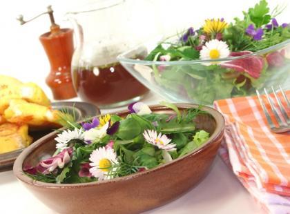 4 przepisy na dania z kwiatami jadalnymi