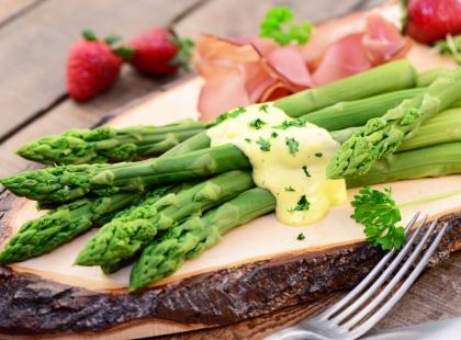 4 przepisy na sos do szparagów