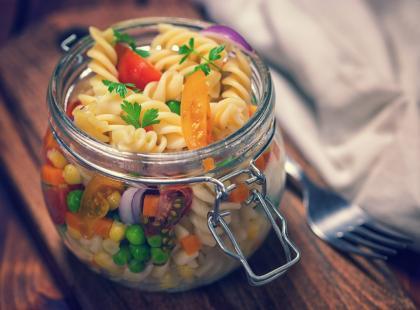 44 pomysły na sałatkę z makaronem
