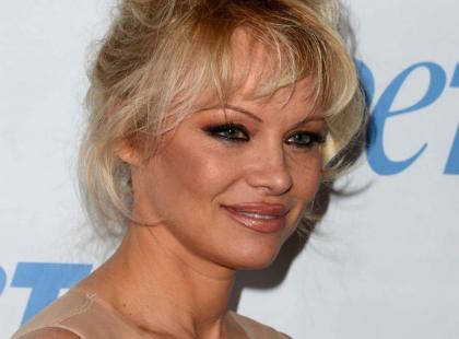 49-letnia Pamela Anderson żałuje, że powiększyła piersi