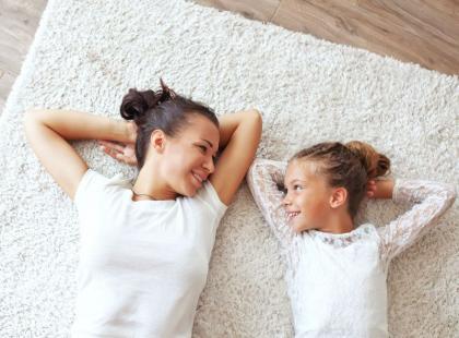 5 domowych sposobów na wyczyszczenie jasnej wykładziny
