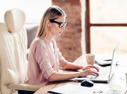5 fatalnych pozycji siedzenia przy komputerze, które mogą zrujnować twoje zdrowie