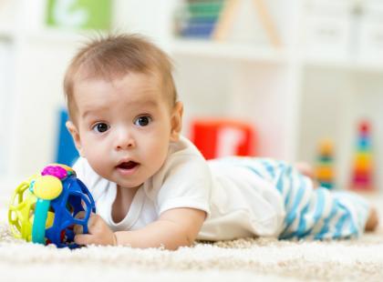 5 najlepszych zabaw angażujących zmysły niemowlaka