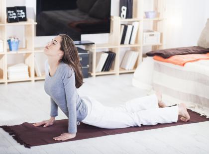 5 prostych ćwiczeń, które powinnaś wykonywać w czasie miesiączki, by zmniejszyć ból