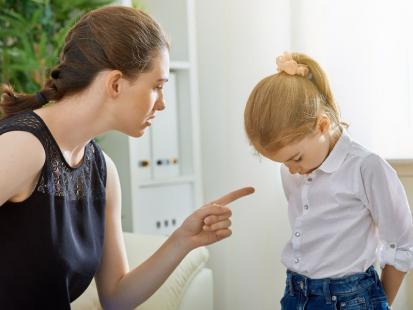 5 rzeczy, których NIE WOLNO CI mówić do dziecka