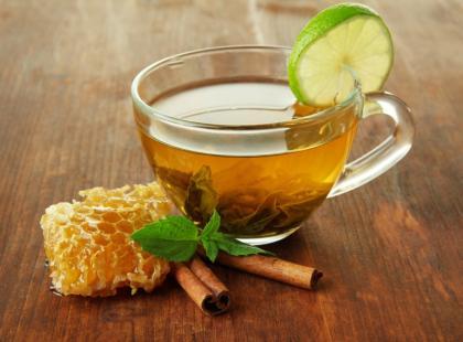 5 szybkich przepisów na miodowe syropy przeciw przeziębieniu
