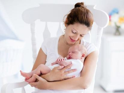 5 wskazówek, jak nosić niemowlaka