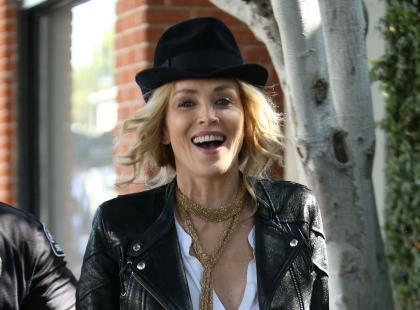 58-letnia (!) Sharon Stone w dżinsach i ramonesce pokazuje, że dobrze czuje się w swoim ciele